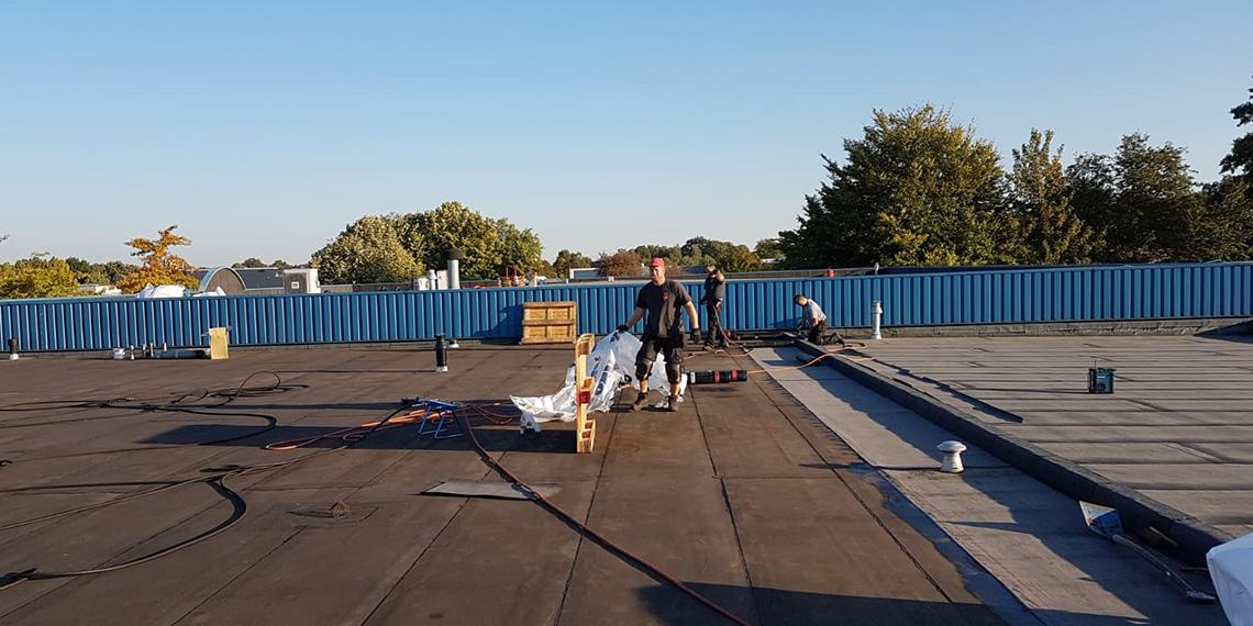dakonderhoud door werknemer Roofing Service